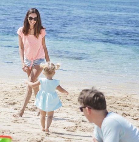 perhe rannalla